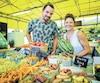 Bruno Lesieur et Claudia Gauthier-Théorêt, représentants de la Ferme Théorêt et filles de Deschaillons, accueillent les clients avec le sourire au marché public de Sainte-Foy où ils sont fiers de présenter le fruit de leur labeur aux consommateurs.