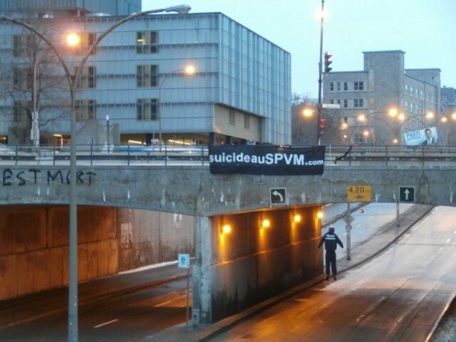 Un mannequin déguisé en policier a été retrouvé pendu le samedi 15 mars 2014, en matinée, sous le viaduc de la rue Berri, à Montréal. PHOTO SUICIDEAUSPVM.COM