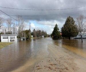 Le chemin Vachon était obstrué par l'eau, lundi, à Weedon.