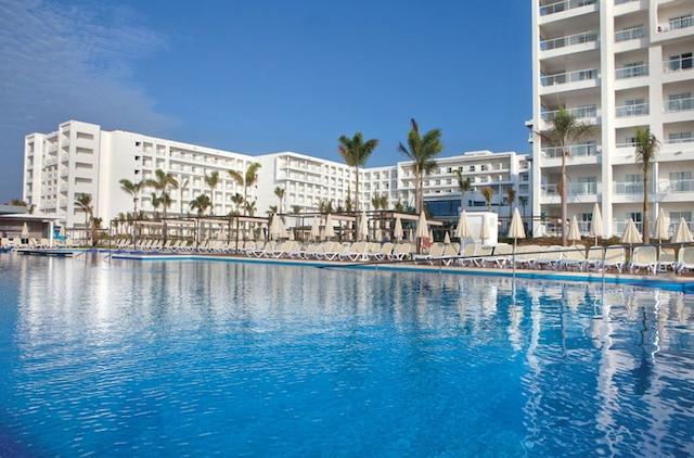 L'hôtel Riu Playa vu de la piscine.