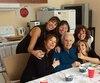 Guy Dunberry, âgé de 94ans, est entouré de ses cinq filles qui tentent de le protéger, après qu'il ait reçu des coups de poing et qu'il s'est fait tordre un bras par un résident violent de son CHSLD des Laurentides. Elles jugent que la direction ne fait rien.