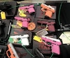 On trouve de tout dans les Gun Show. Même des armes colorées au design séduisant pour attirer les jeunes ou pour permettre à madame de coordonner son pistolet avec son vernis à ongles.
