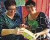 Dans leur magasin de jouets de Carleton-sur-Mer, les sœurs Judith et Sonia Leblanc proposent à leurs clients d'offrir un jouet à un enfant défavorisé.