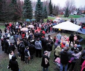 Des gens éprouvés, et d'autres solidaires, se sont réunis hier soir, à Granby en Montérégie, devant la résidence où la fillette de 7 ans a vécu l'enfer avant de mourir.