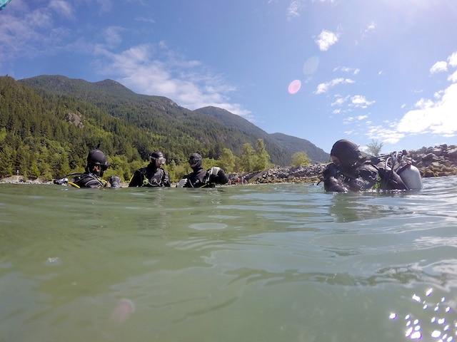Le site de Porteau  Cove est magnifique avec son  eau turquoise – glaciale! –  et ses montagnes avoisinantes.