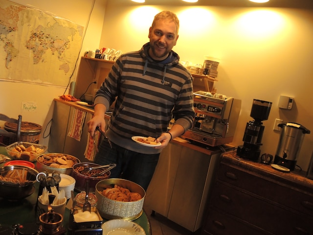 Dans la cuisine collective, David Chevrier invite les clients à se servir à volonté.