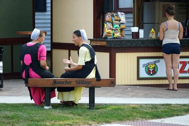 Ces demoiselles amish m'ont rappelé un peu les juifs hassidiques qui évitent de regarder les gens dans les yeux. Un moyen de rester à l'écart.