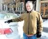 Harold Staviss, 64 ans, a poséun collant «Bonjour, <i>hi</i>» sur sa voiture en réaction à la polémique. Personne ne se plaignait de cette expressionavant que des politiciens ne créent la controverse, affirme-t-il. «Ce débat, c'est une honte.»