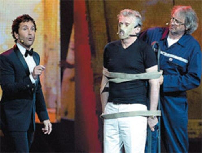 Souvenir de 2011 au Festival Juste pour rire. Gilbert Rozon derrière un masque pendant qu'Éric Salvail anime. Aujourd'hui, plus personne ne rit...