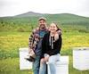 Stephen Crawford et Liliane Morel posent devant une partie de leur élevage.