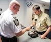 À sa dernière journée comme chef des communications du SPVM, Ian Lafrenière a dû rendre son arme de service lundi, puis aussitôt retirer son uniforme. Il confirmera sa candidature pour la CAQ aujourd'hui.