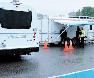 Le Service de police de la Ville de Québec a déployé un poste de commandement mobile, lundi, à l'angle du boulevard Sainte-Anne et de la rue Francheville, dans le secteur de Beauport.