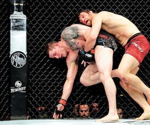 Même s'il s'est incliné par décision unanime des juges le 4 mai dernier à Ottawa, Marc-André Barriault (à gauche) a soulevé la foule du centre Canadian Tire et l'UFC en a pris note.