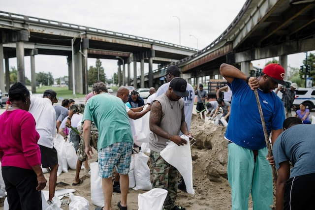 Plusieurs ordres d'évacuation obligatoire ou volontaire ont été donnés le long du littoral américain, et un couvre-feu a été instauré à La Nouvelle-Orléans.