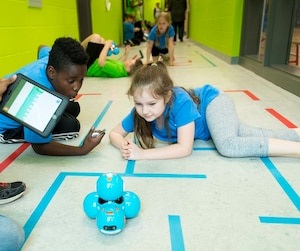 Au Québec, les élèves de l'école primaire Paul-Jarry, à Montréal, font déjà du codage. Ils ont appris à programmer un robot Dash.