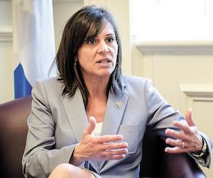 La ministre déléguée à l'Éducation, Isabelle Charest, annoncera aujourd'hui les détails de la mise en place graduelle d'une heure d'activités parascolaires dans les écoles du Québec. On la voit en entrevue avec notre journaliste à l'Assemblée nationale.