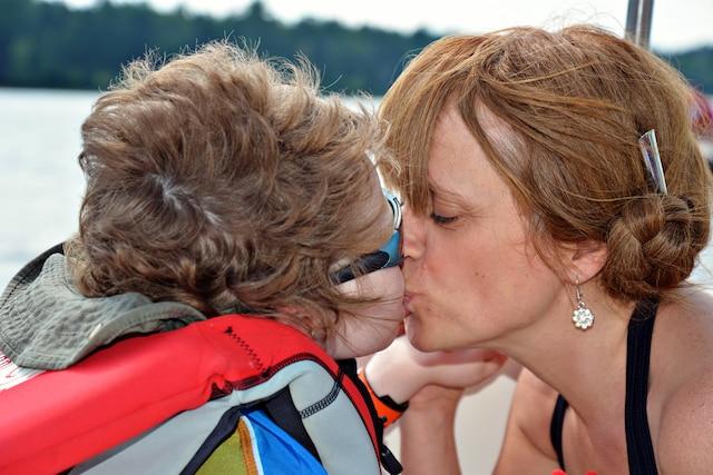 À 7 ans, Liam McKnight profite des premières vacances de sa vie avec sa maman Mandy grâce à sa dose quotidienne de cannabis.
