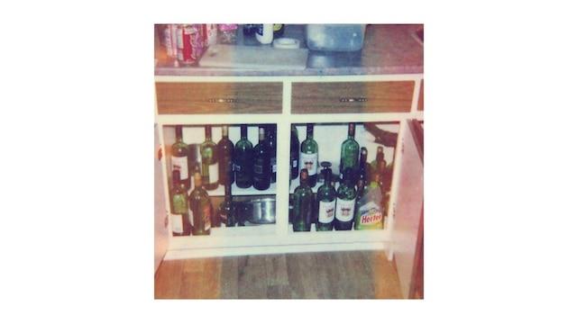 L'un des propriétaires qui a dû expulser Daniel Breton a pris des photos de l'état dans lequel l'appartement a été laissé. Plus de 500 bouteilles de vins et de bières vides avaient été laissées dans l'appartement.