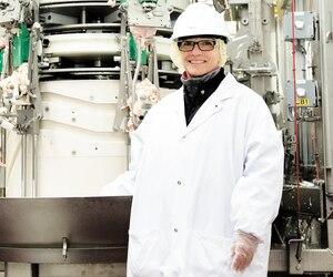 La désosseuse automatique que Louise Lemay, employée de l'usine de Sainte-Rosalie à Saint-Hyacinthe, a appris à faire fonctionner, remplace une vingtaine de travailleurs qui ont été affectés à d'autres tâches.