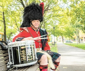 Daniel Dagenais met son talent de musicien au service du corps de cornemuses du régiment des Black Watch et du Black Watch Association Pipes and Drums of Montreal.