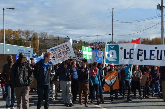 Les manifestants devaient se diriger vers le port de Gros-Cacouna où plusieurs personnalités politiques étaient présentes.