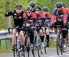 Le peloton de cyclistes du dernier Défi On roule pour toi sur la route, entre Lévis et New Richmond.
