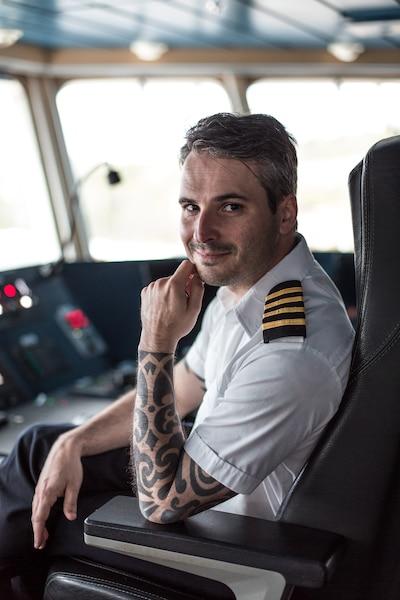 Le capitaine François  Nadeau a la mer dans la  peau. Véritable « capitaine  de brousse », il s'occupe  avec un calme olympien des  manœuvres d'accostage  les plus difficiles.