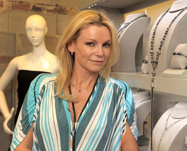 Caroline Néron en lingerie sexy pour une pub de parfum