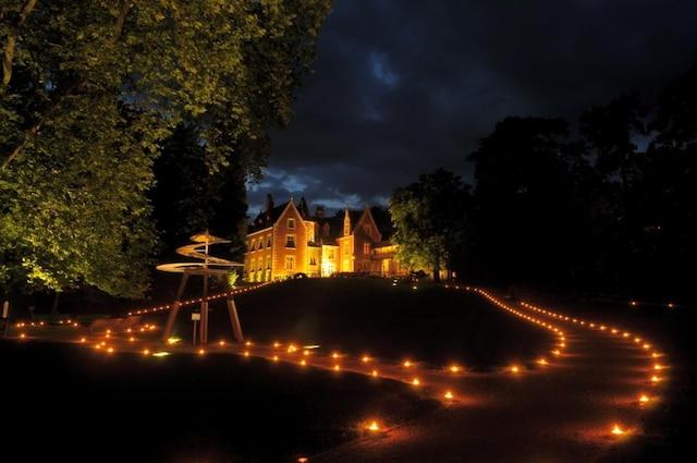 Une superbe scène nocturne mettant en valeur l'une des nombreuses inventions de Léonard de Vinci présentées au Clos Lucé.