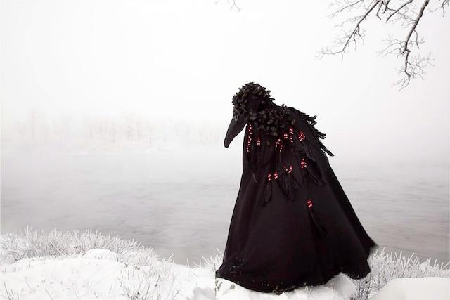 Wingeds Calling<br /> Série In-Between Worlds, 2012 Épreuves à développement chromogène<br />  91,4 x 127cm<br /> Un univers fantastique qui appelle l'enfance, la faune et les mythes liés à la culture autochtone.