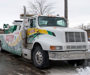 C'est un remorqueur de la compagnie Brustall qui a été le premier arrivé pour remorquer un des camions qui ont bloqué l'autoroute 13 mardi.