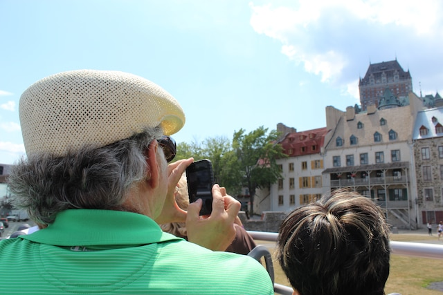 Les tours de ville en bus rouge permettent de visiter Québec à ciel ouvert.