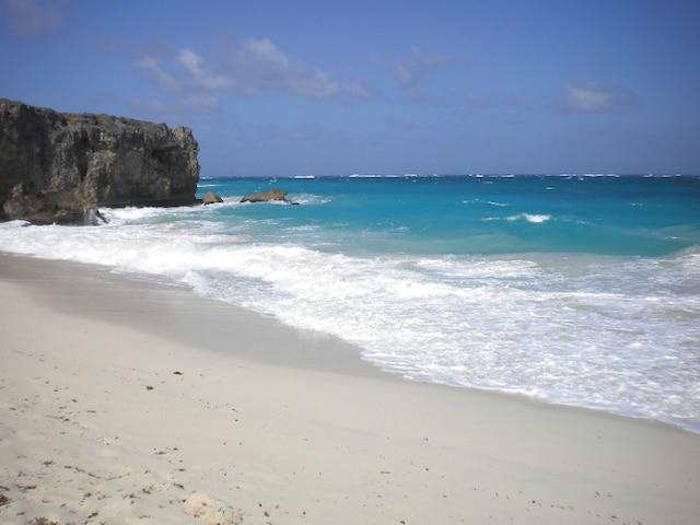 La plage de Bottom Bay avec l'océan aux différentes teintes de bleu.