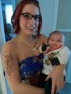 Tanya Harvey, 26 ans, a dû ajuster les heures de boire de sa petite Cammy, hier, en raison du changement d'heure.