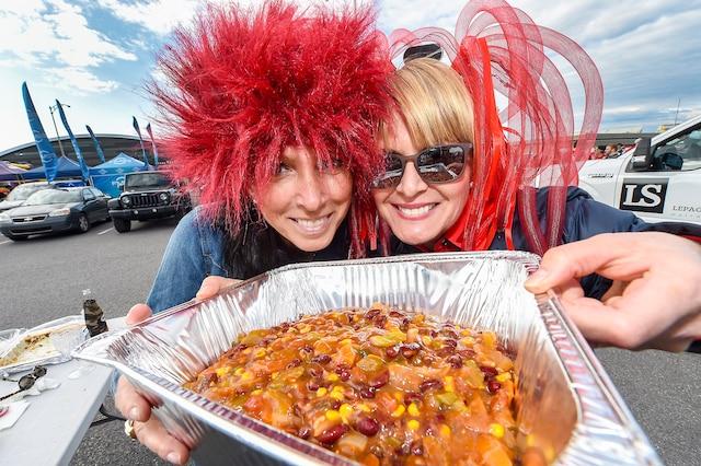 Marie et Michelle ont pris un malin plaisir à goûter à leur chili maison avant le match de samedi.