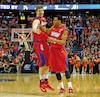 Matt Kavanaugh et Vee Sanford, des Flyers de l'université Dayton.