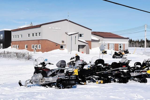 Dans certains villages, le seul moyen de locomotion en hiver est la motoneige, comme sur cette photo prise à Chevery.