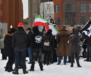 La tension est à son comble à Québec où manifestants et contre-manifestants ont pris la rue à midi, comme prévu, sur la colline parlementaire.