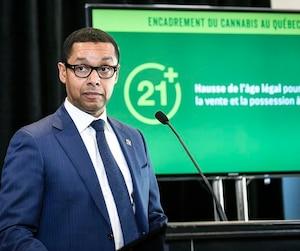 Le ministre délégué à la Santé et aux Services sociaux, Lionel Carmant, a tenu sa conférence de presse à l'école secondaire Joseph-François-Perrault, à Québec, pour illustrer sa «volonté de protéger les jeunes» avec son projet de loi.