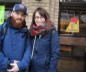 Emanuelle Langelier et Cory Lalonde espèrent que le goût du poulet SaintHubert ne changera pas avec la vente de la chaîne.