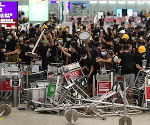 Des manifestants pro-démocratie bloquant l'entrée de l'aéroport international de Hong Kong