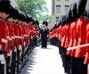Comme le veut la tradition, le maire de Québec, Régis Labeaume, a inspecté la garde du Royal 22eRégiment lors de la cérémonie du droit de cité devant l'hôtel de ville de Québec, mardi.