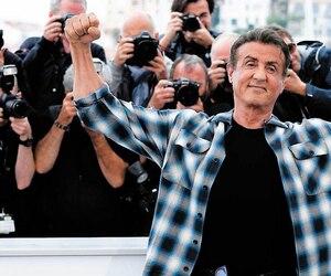 Sylvester Stallone pose fièrement à son arrivée au Festival de Cannes pour promouvoir son nouveau film Rambo V : Last Blood.