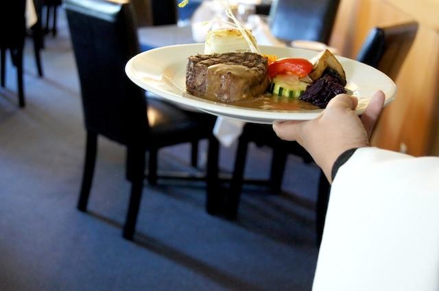 On savoure une fine cuisine française au resto Comme chez soi.