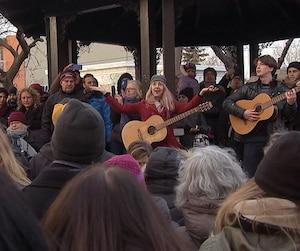 Des centaines de Montréalais se sont rassemblés, hier, au parc du Portugal, près de la résidence de Leonard Cohen. Certains ont même repris des succès du célèbre artiste décédé la semaine dernière.
