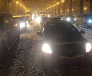 Dans la nuit de mardi à mercredi, plus de 300 véhicules sont restés immobilisés jusqu'à 13 heures sur l'autoroute 13, entre les autoroutes 20 et 40, à Montréal.