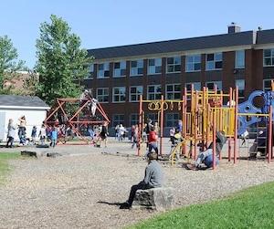 Il y a de tout dans cette cour d'école située dans le quartier Duberger, à Québec : de grands espaces gazonnés, pour courir en toute liberté.