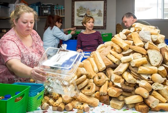 Près d'une quinzaine de bénévoles se réunissent chaque semaine dans le sous-sol des Faucher, à Brossard, pour prendre part à la préparation de produits et denrées destinés aux itinérants du centre-ville.