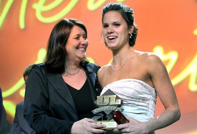 61e Gala du Mérite sportif Rouge et Or de l'Université Laval mardi le 10 Avril 2012 à Québec. Gagnante du prix Recrue de l'année, Genevieve Cantin en natation et Louise Cordeau, éditrice du journal de Quebec.SIMON CLARK/JOURNAL DE QUEBEC/AGENCE QMI