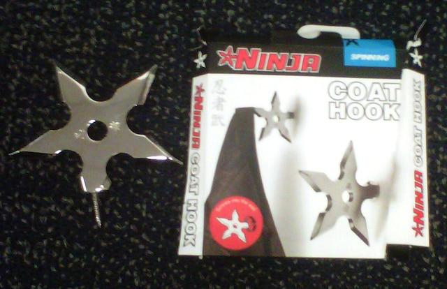 On utilise cette étoile «ninja» en la vissant au mur pour en faire un portemanteau.